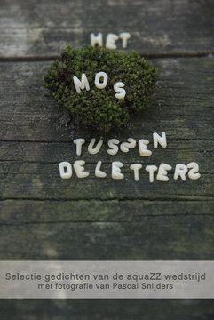 Het mos tussen de letters